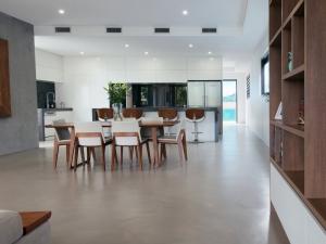 Large Hamilton Hillside renovated kitchen